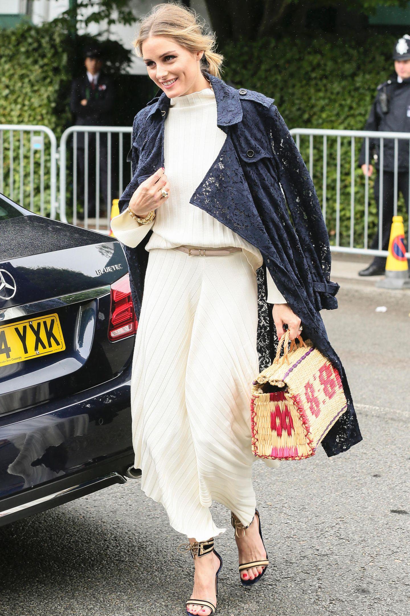 Olivia Palermo liebt es hingegen von Kopf bis Fuß elegant. Bei ihrem Wimbledon-Look treffen die edelsten Stoffe aufeinander: Der Mantel ist aus Spitze, der Einteiler darunter aus Plissée und die Heels sind mit Goldfäden bestickt.