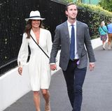 Schwester Pippa und Ehemann James Matthews bleiben hingegen bei ihren klassischen Looks. Etwas lockerer wird Pippas Styling jedoch durch ihren Hut, den sie sich anscheinend bei Meghan Markle geliehen hat.