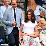 Während Catherine etwas Farbe ins Spiel bringt, hält sich Prinz William an die tristen Töne, die die Herren auf der Tribüne tragen. Und dennoch: Zusammen sieht das royale Paar wirklich toll aus, ergänzen sie sich so doch perfekt.