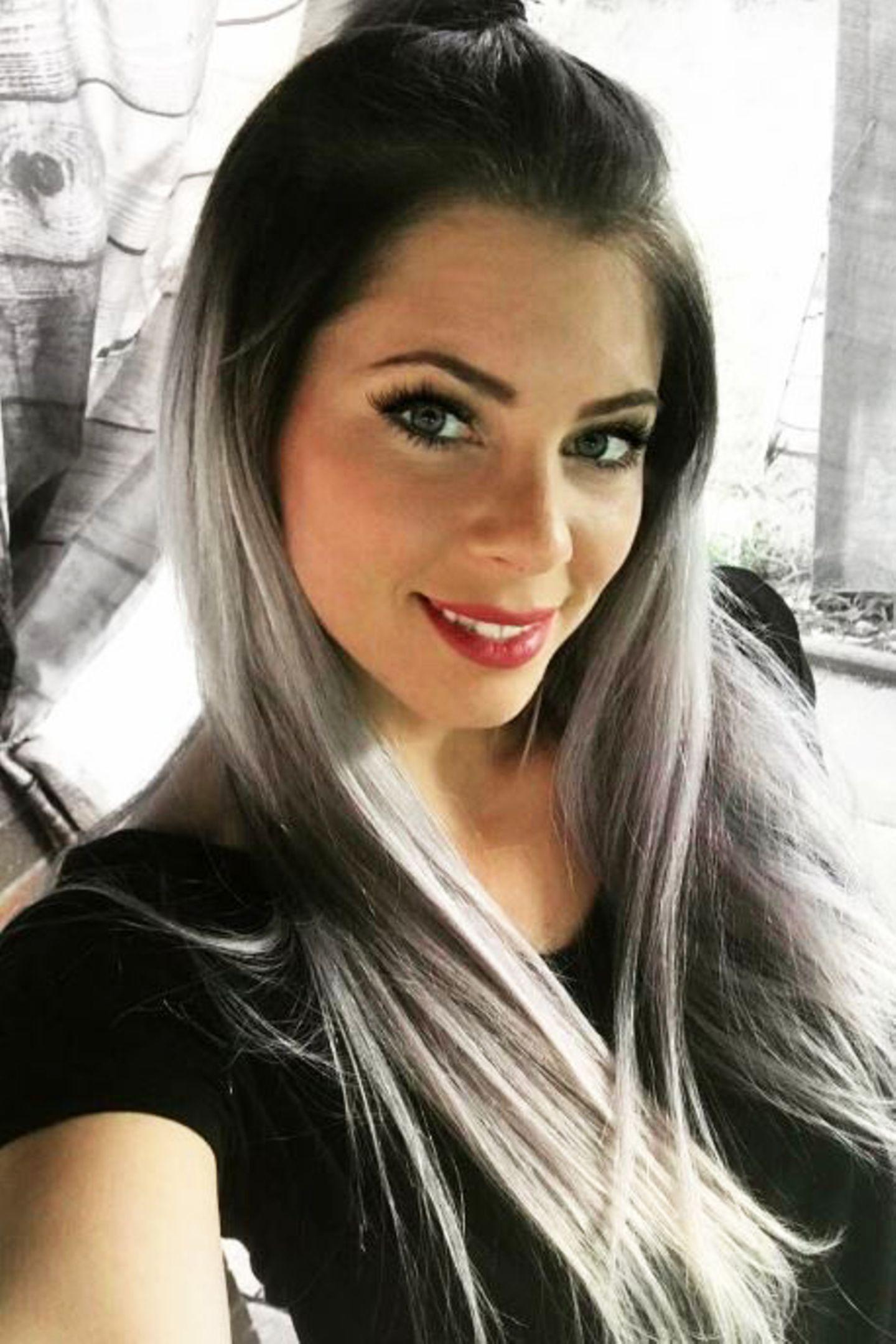 Ebenso wie ihre Schwester Daniela Katzenberger, legt auch Jenny Frankhauser viel Wert auf ihr Aussehen. Die Sängerin schminkt sich gerne und auch viel. Doch aktuell traut sie sich aus einem anderen Grund nicht ohne Make-up aus dem Haus ...