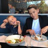 29. Juni 2017  Kurz bevor die Ferien ihrer Söhne starten, geht Reese mit den beiden in ihr liebstes Pizza-Restaurant in Los Angeles. Als die Schauspielerin den Moment festhalten will, fängt der jüngste Spross mit dem Rumalbern an. Typisch, Tennessee!