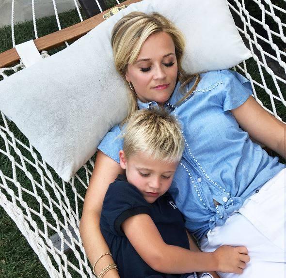 16. Juli 2017  Ihren freien Sonntag verbringt Reese Witherspoon mit Sohnemann Tennessee ganz gemütlich in der Hängematte. Dabei geben die zwei ein wirklich niedliches Bild ab.