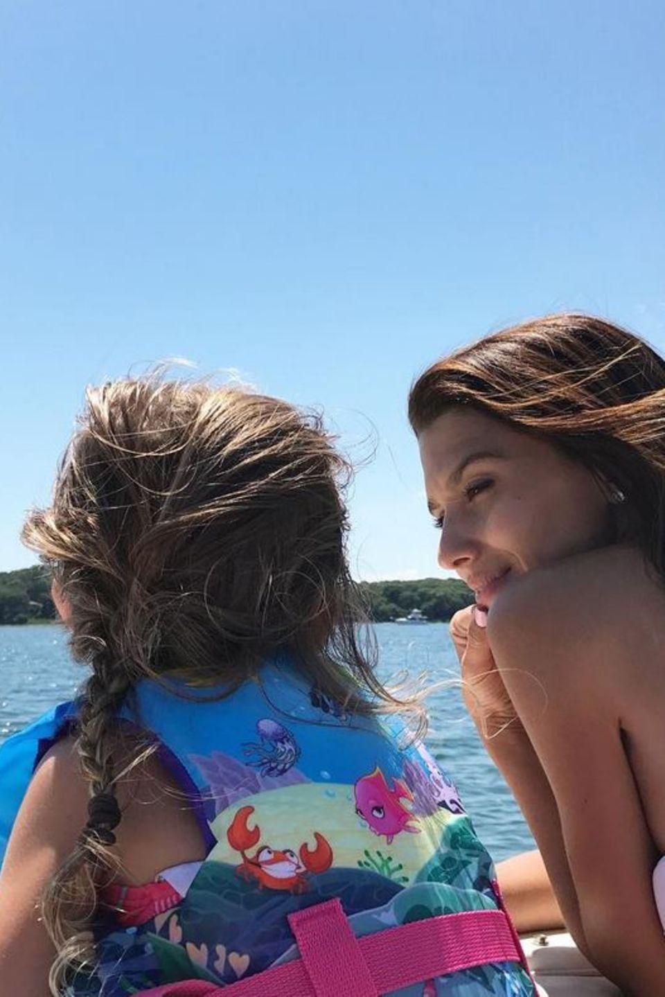 Hilaria Baldwin und Tochter Carmen freuen sich auf eine gemeinsame Bootstour.