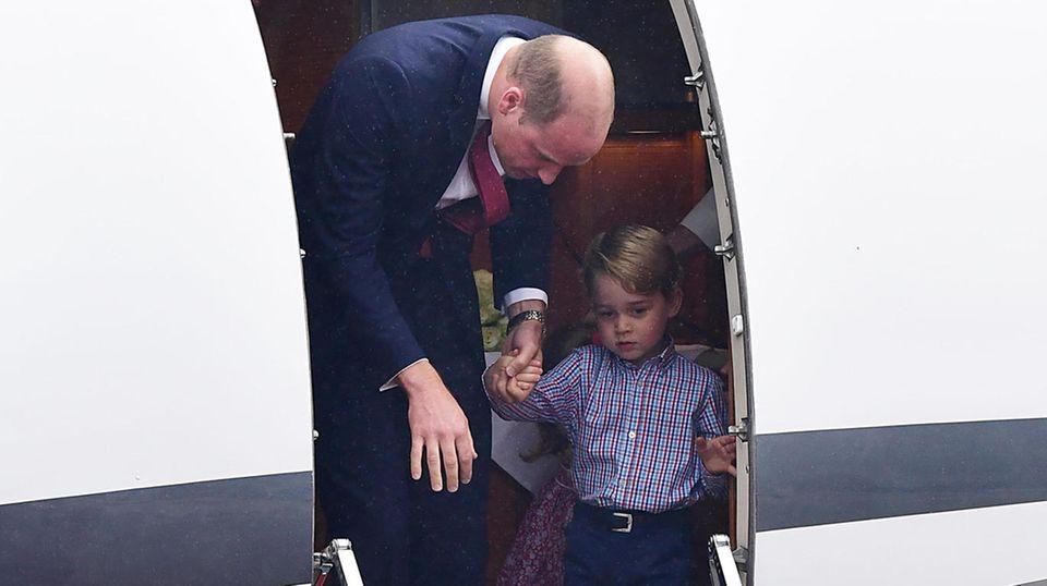 Prinz George möchte daher auch keine Zeit verlieren und als Erster das Flugzeug verlassen. Papa Prinz William rückt ihm dabei nicht von der Seite und nimmt ihn fürsorglich an die Hand.