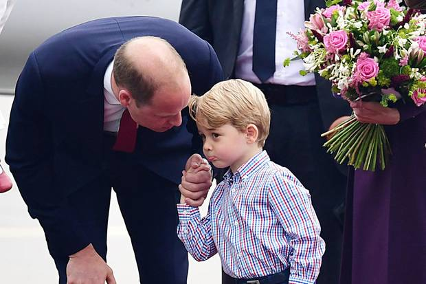 Der kleine Prinz bleibt hingegen leicht skeptisch und beäugt das Geschehen ganz genau. Sobald Fragen aufkommen ist Papa William direkt zur Stelle und erklärt seinem Sohnemann alles.