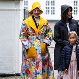 Königin Margrethe wie sie leibt und lebt. Der dänische Royal ist für extravagante Looks bekannt und liebt ein Kleidungsstück ganz besonders: Dieser kunterbunten und verrückten Regenmantel.