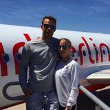 """Manuel Neuer + Nina Weiss  Für ihre Flitterwochen haben sich Manuel und Nina Neuer den perfekten Pärchen-Look überlegt. Sie tragen Pullover mit den Aufschriften """"He's mine"""" und """"She's mine"""". So geht es für sie in den Flieger."""