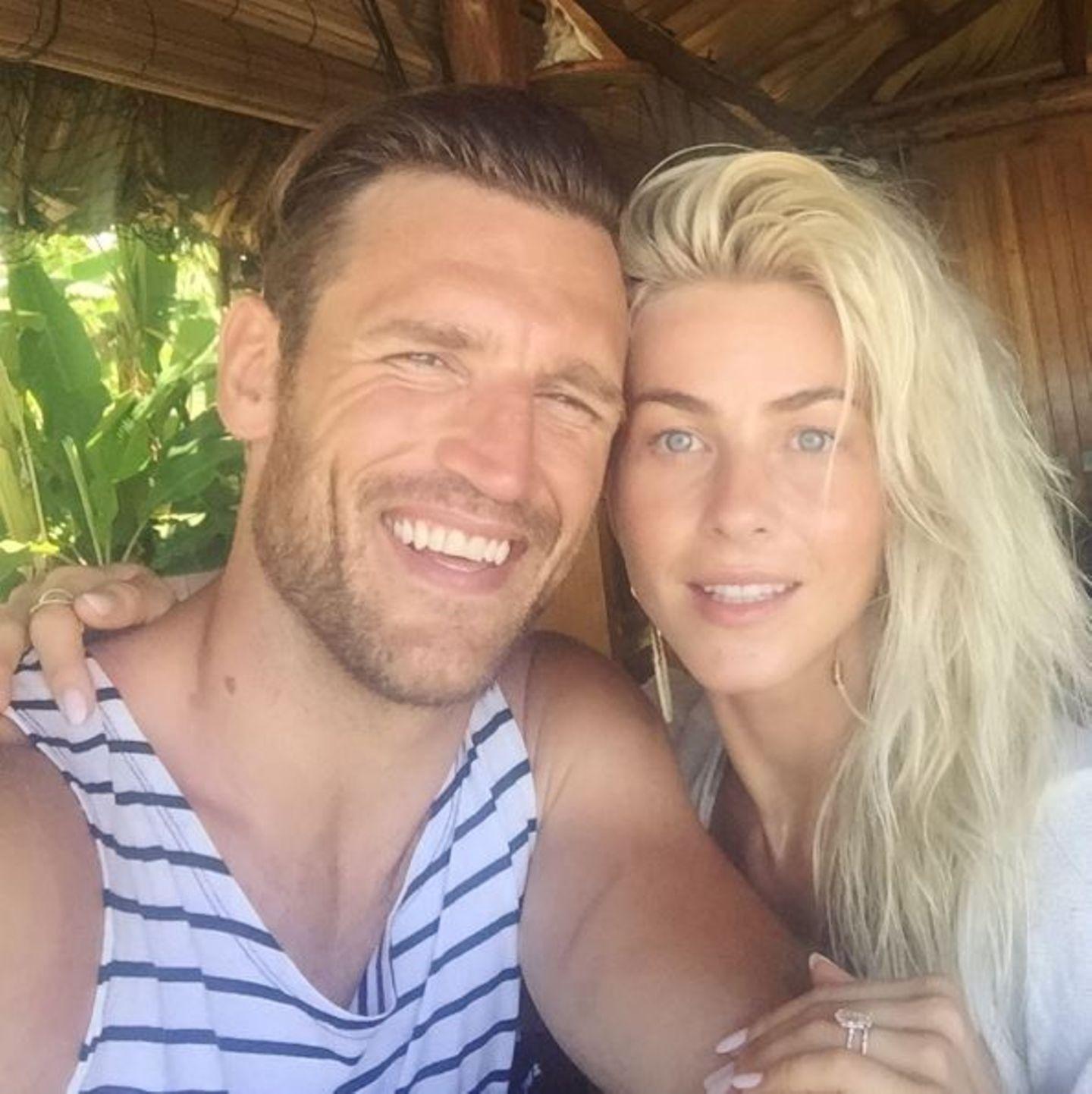 Einmal in die Sonne blinzeln und lächeln! Julianne Hough und Brooks Laich genießen in trauter Zweisamkeit das perfekte Wetter und schießen Selfies zur Erinnerung.