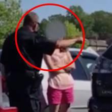 Frau lässt ihre Kinder im Auto