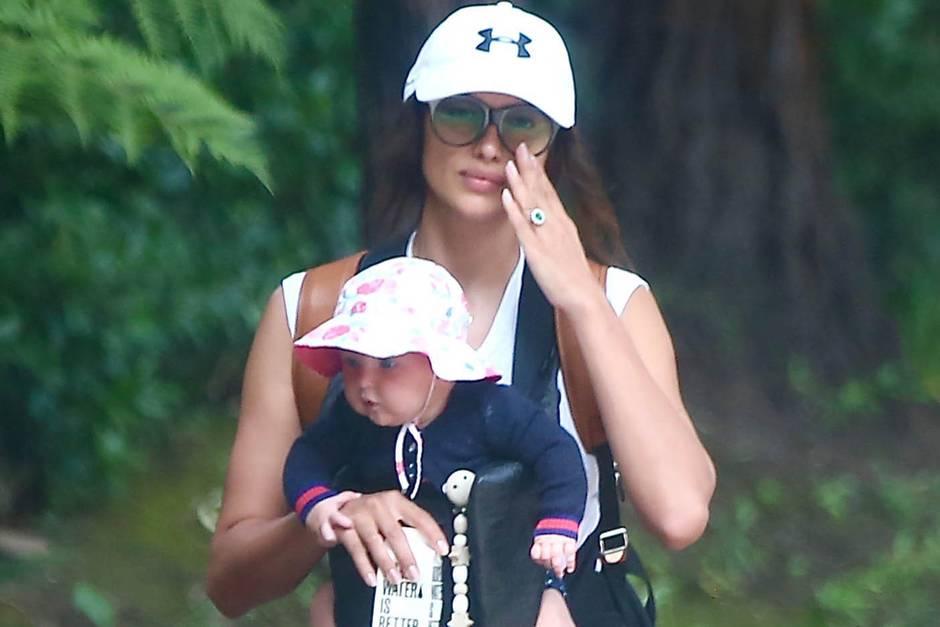 Irina Shayk geht mit Tochter Lea de Seine Shayk Cooper in Los Angeles spazieren