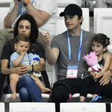 Juli 2017  Sonst sieht man Mila Kunis und Ashton Kutcher immer nur zu zweit in Sportarenen - am allerliebsten bei einem Basketballspiel der Los Angeles Lakers oder Baseballspiel der Dodgers. Doch in Budapest geben sie nun ein ganz anderes Bild ab. Es ist das erste Mal, dass sie auch ihre zwei Kinder zu einem Sportevent mitgebracht haben. Zusammen mit der kleinen Wyatt und dem süßen Dimitri besuchen sie das Synchronspring-Finale der Schwimm-WM in Budapest.