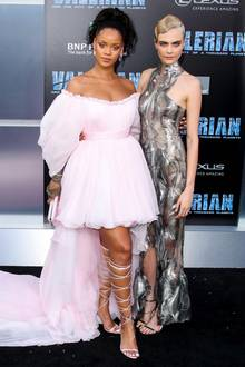 "17. Juli 2017  Bei der ""Valerian And The City Of A Thousand Planet""-Premiere in Los Angeles legen Rihanna und Cara Delevingne einen glamourösen Auftritt hin."