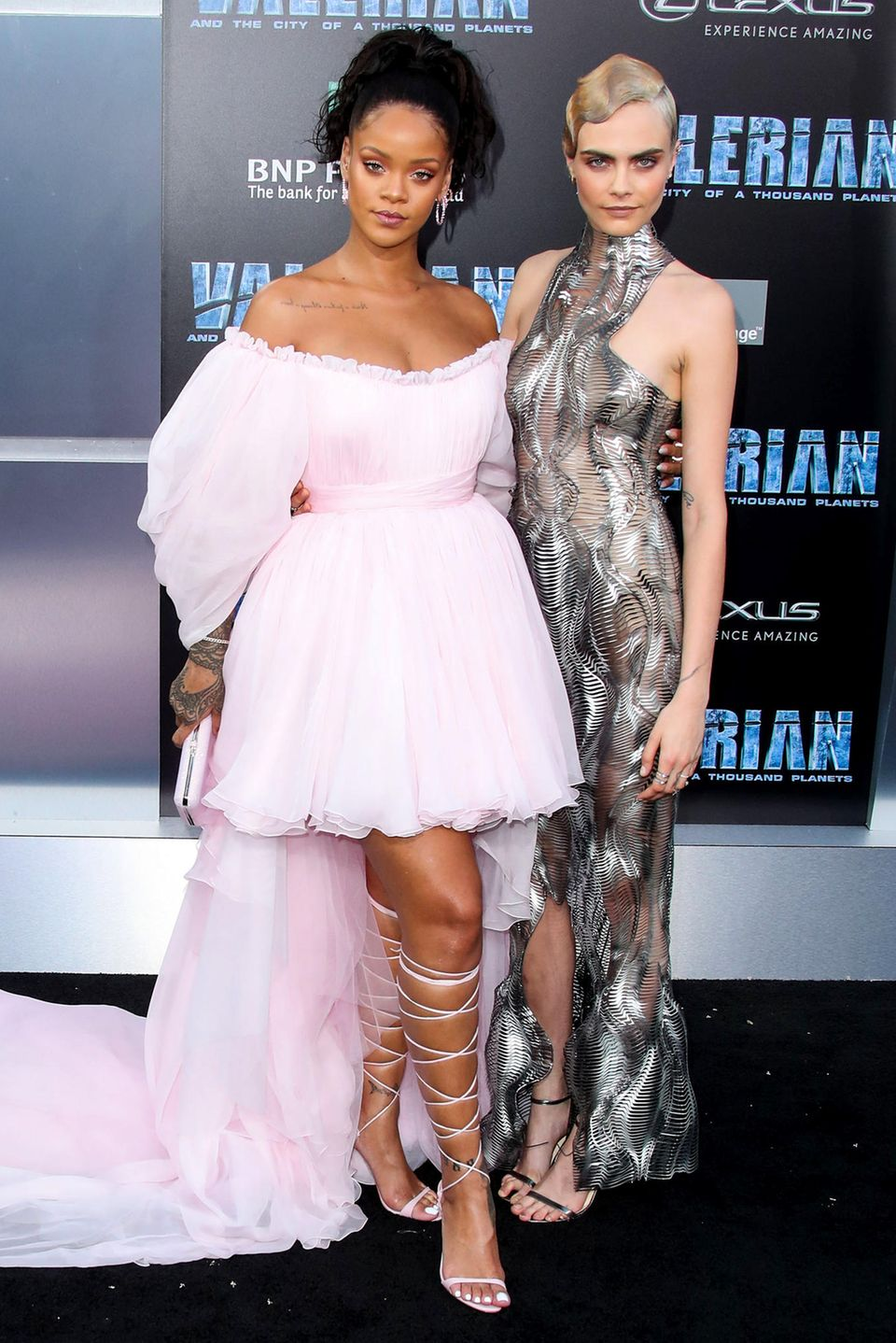"""17. Juli 2017  Bei der """"Valerian And The City Of A Thousand Planet""""-Premiere in Los Angeleslegen Rihanna und Cara Delevingne einen glamourösen Auftritt hin."""