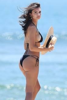 Es ist Model Emily Ratajkowski, die sich am Strand von Los Angeles in die Fluten wirft und die Sonne genießt.