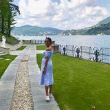 Zusammen mit ihrem Basti reiste Ana zurück an den Ort, an dem sie sich vor einem Jahr das Ja-Wort gaben: Italien! Für einen Spaziergang am See wählt sie ein mädchenhaftes, blaues Blusenkleid und Sneaker.
