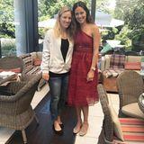 Zwei Tennisgrößen unter sich: Zum Kaffeklatsch mit Angelique Kerber trägt Ana ein weinrotes One-Shoulder-Kleid und beige Ballerinas.