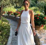Ein Traum aus Weiß: In diesem sommerlichen Kleid tanzt Ana vor der Kamera. Dazu kombiniert sie filigrane Heels und eine coole Sonnenbrille.