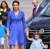 """Bei der Abreise aus Polen zeigt sich wieder einmal, welch großen Wert Herzogin Catherine auf einen """"Familien-Style"""" legt. Waren die vier Royals bei der Ankunft noch in Rottönen gekleidet, tragen sie nun einheitlich blau. Besonders gut passen Mutter und Tochter mit ihren Kleidern zusammen."""