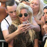 Bei ihrem Besuch in Berlin nimmt sich Lady Gaga ausgiebig Zeit für ihre Fans und geht mit manchen für ein Foto sogar auf Kuschelkurs.