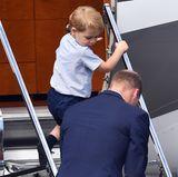 Dieser hat es nämlich eilig, als Erster in den Flieger zu steigen. Das ist mittlerweile typisch für ihn. Der kleine Prinz liebt Flugzeuge nämlich und ist immer ganz neugierig.