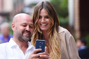 Wenn Model Heidi Klum durch die Straßen spaziert, sind Fans auf Selfiejagd garantiert.
