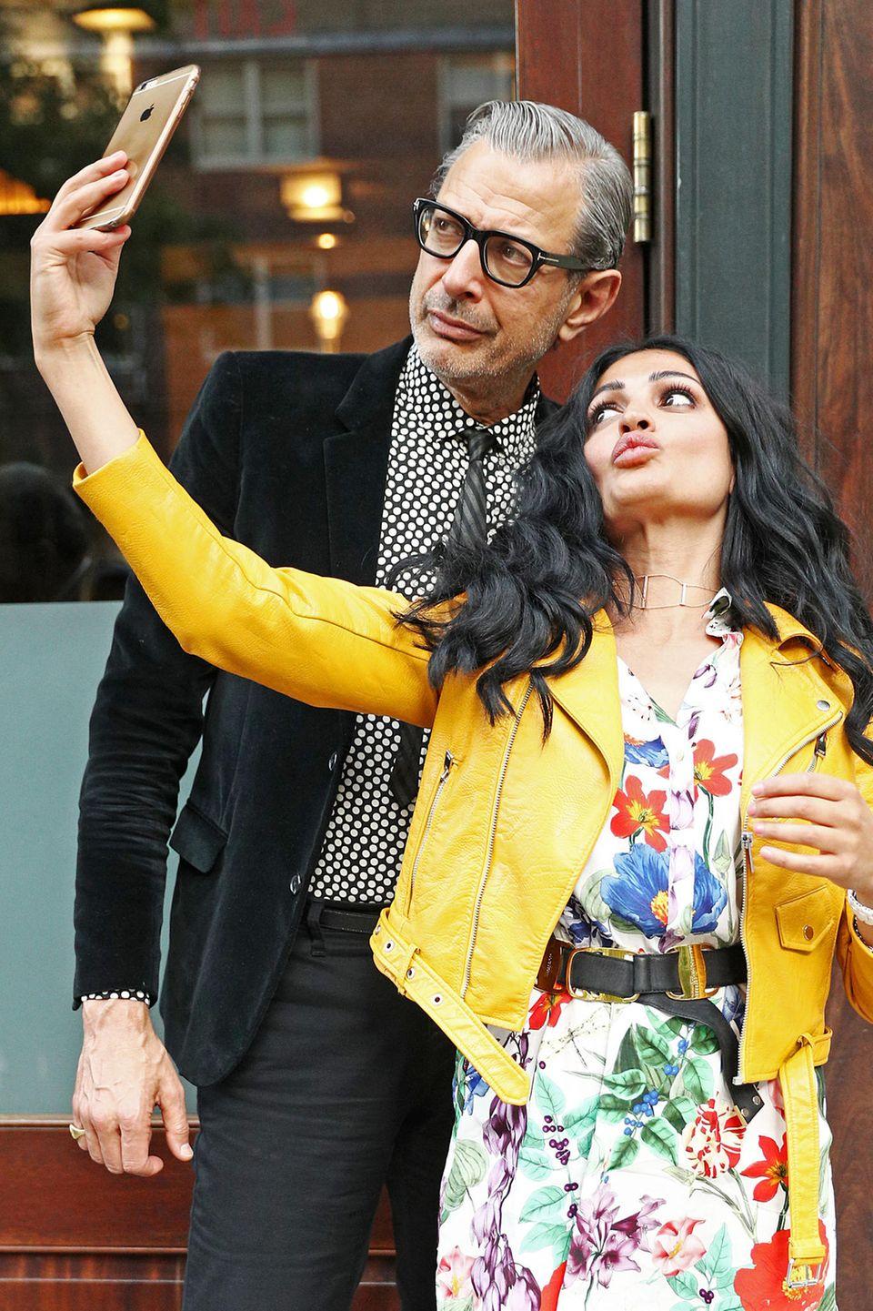 Dieser weibliche Fan will ein ganz besonderes Erinnerungsfoto mit Schauspieler Jeff Goldblum haben und schneidet dafür eifrig Grimassen.