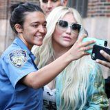 Kesha wird in New York von der Polizei gestoppt. Doch die Sängerin hat nichts verbrochen, sondern wird von der Polizistin nett um ein gemeinsames Selfie gebeten.