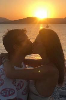 Romantik pur: Jamie Mazur und Alessandra Ambrosio küssen sich vor der untergehenden Sonne.