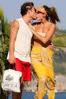 Zwischen Ed Westwick und seiner Freundin Jessica Serfaty fliegen inRio de Janeiro die Funken. Die frisch Verliebten können gar nicht die Finger voneinander lassen und scheinen sich gegenseitig verschlingen zu wollen.