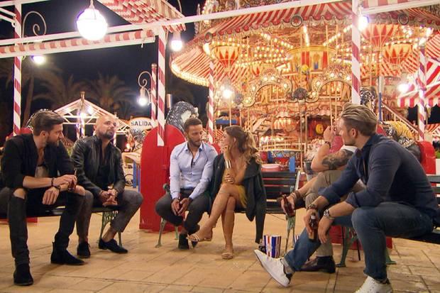 Jessica trifft sich mit den Jungs zu einem Gruppendate auf einem Jahrmarkt.