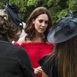 Herzogin Catherine hat sich auch unter die Leute gemischt, die sich im Garten der britischen Botschaft in Berlin versammelt haben, um auf die Queen anzustoßen.