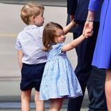 Doch ob nun schmollend oder gut gelaunt - entzückend sind die beiden royalen Kindern gleichermaßen. Da sei es George auch direkt verziehen, dass er einmal nicht Prince Charming ist. So eine Reise ist ja auch anstrengend!