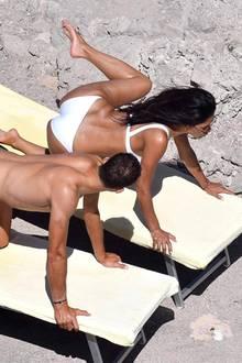 """Welche Yoga-Pose ist das denn? Der """"quirlige Frosch""""? Nicole Scherzinger und ihre Freund Grigor Dimitrov wollen im Urlaub auf Capri nicht nur entspannen, sondern versuchen sich auch im Pärchen-Yoga. Das Ganze schaut auf jeden Fall sehr lustig aus."""