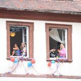 Der Empfang der Einwohner Heidelbergs ist überwältigend: Die Häuser sind in den Farben der britischen Flagge geschmückt, die Straßen sind voll von Menschen und auch aus den Fenstern wollen viele einen Blick auf das Paar erhaschen.