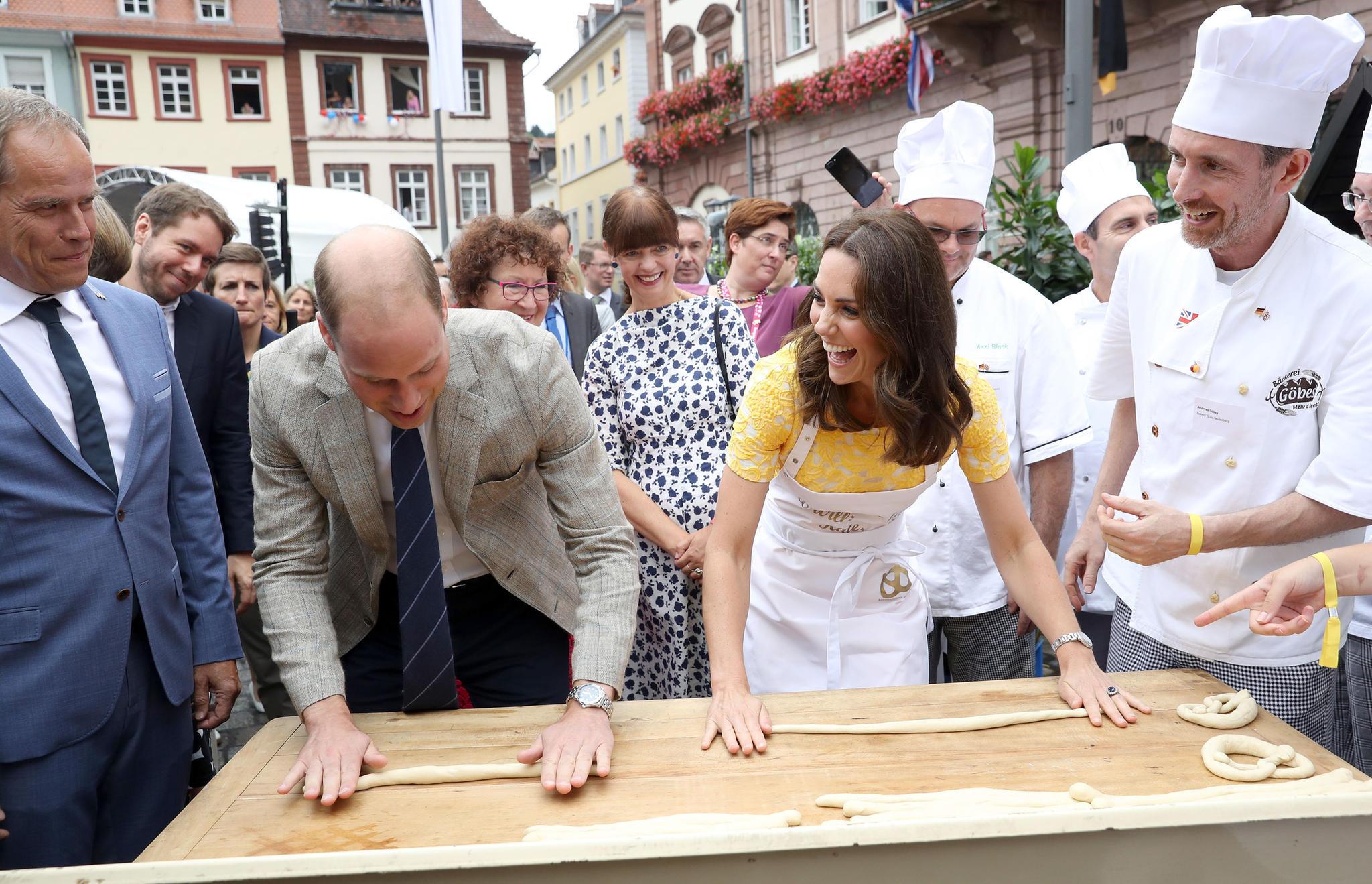 Prinz William und Herzogin Kate beim Brezelbacken in Heidelberg