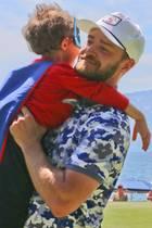 """18. Juli 2017  Dieser kleine """"Superman"""" erwärmt beim """"American Century Championship""""-Golfturnier das Herz von Justin Timberlake. Als der kleine Junge auf ihn zugerannt kommt, zögert der Sänger nicht lange und wirbelt ihn ganz superheldenmäßig durch die Lüfte."""