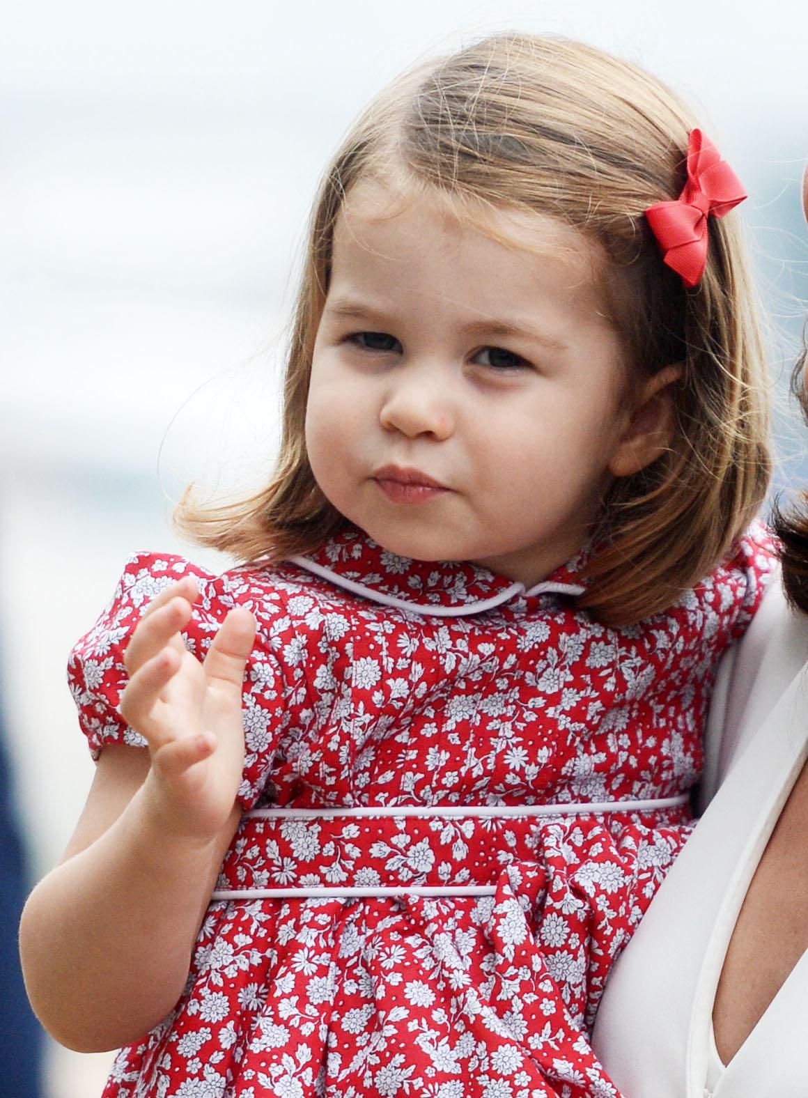 Damit der kleinen Charlotte keine Haarsträhne ins Gesicht fällt, hält sie ihren Pony mit einer Schleife zurück.
