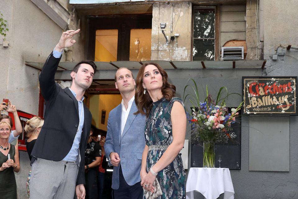 Das royale Paar lauscht bei seinem Besuch staunend den Erklärungen