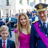 Unten angekommen posieren sie für die Fotografen. Hierbei fällt auf: Prinzessin Elisabeth wird immer souveräner in ihrem Auftreten.