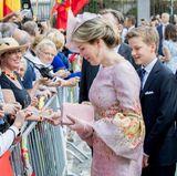 Nachdem alle Fotos im Kasten sind, wendet sich Königin Mathilde den wartenden Fans zu.