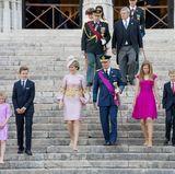 In ihrer typischen Formation - die ebenfalls ihre Sitzordnung in der Kathedrale war - steigen die sechs Belgier die Treppen herab.
