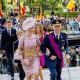 Als erstes schreitet das Königspaar die Treppe zu der Kathedrale hinauf. Dabei kann man einen extrem guten Blick auf das Kleid von Mathilde werfen, das farblich hervorragend zu all ihren Accessoires passt und durch pompöse Glockenärmel besticht.