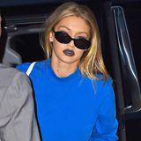 Huch, was hat sich Model Gigi Hadid denn bei dieser Lippenstift-Farbe gedacht? Wirklich vorteilhaft ist diese nicht gewählt zu ihrer Hautfarbe.