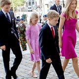 Ihnen folgen ihre Töchter, Prinzessin Eléonore und Prinzessin Elisabeth, sowie ihre Söhne Prinz Gabriel und Prinz Emmanuel. Auch die zwei jungen Royal-Damen haben sich wie ihre Mutter für Kleider in Rosatönen entschieden.