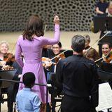 Im Inneren der Elphi geht es anschließend weiter. Herzogin Catherine zögert nicht lange und übernimmt aus Spaß die Leitung des Orchesters.