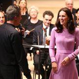 Es kommt einem fast so vor, als würde die hübsche Herzogin den ganzen Konzertsaal mit ihrer guten Laune füllen.