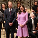 Fasziniert schauen sich William und Kate an, wie der Dirigent den Musikern die schönsten Melodien entlockt.