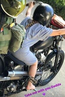 Ans Schlafen denkt klein Harper hingegen überhaupt nicht. Sie klettert auf das Motorrad ihres Vaters und würde am liebsten mit ihm auf Tour gehen.