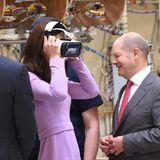 Jetzt wissen wir auch, woher Prinz George seine Neugier hat. Nämlich von Kate, die gleich einmal eine 3D-Brille aufsetzt.
