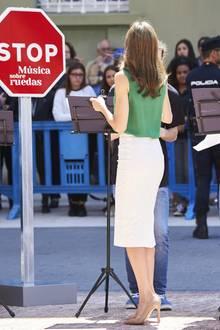 Der Look dieser Königin ist fast schon verboten heiß! Zu einer grünen, ärmellosen Bluse trägt Königin Letizia von Spanien einen cremefarbenen Bleistiftrock, der ihre Kurven perfekt in Szene setzt.